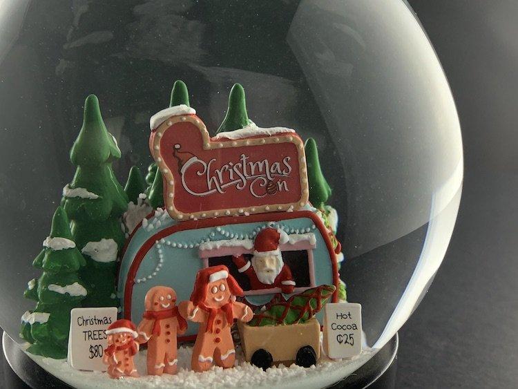CHRISTMAS-CON-SNOW-GLOBE_6123