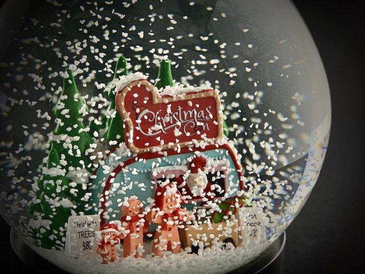 CHRISTMAS-CON-SNOW-GLOBE_6124