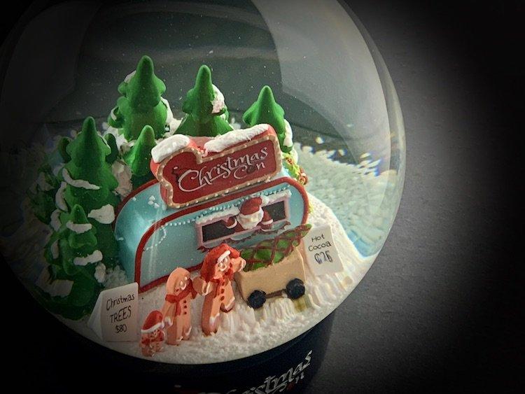 CHRISTMAS-CON-SNOW-GLOBE_6138