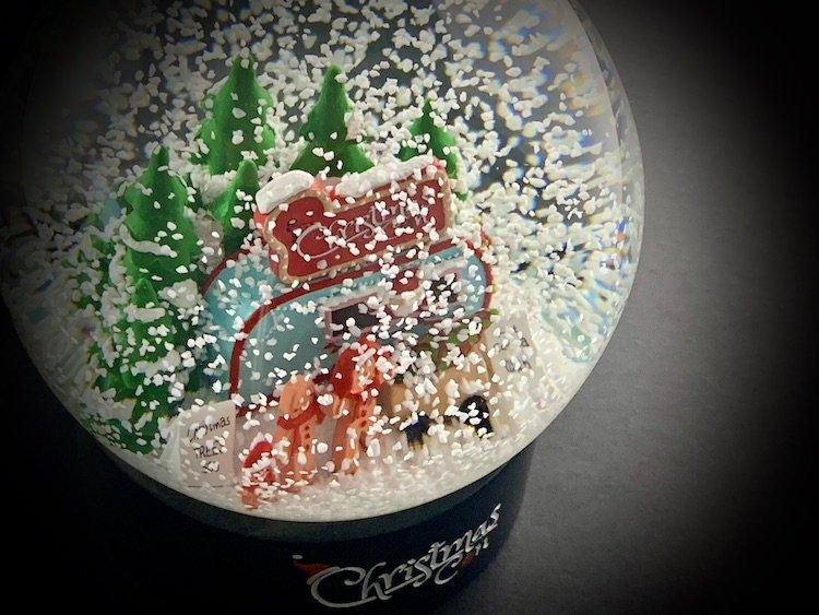 CHRISTMAS-CON-SNOW-GLOBE_6139