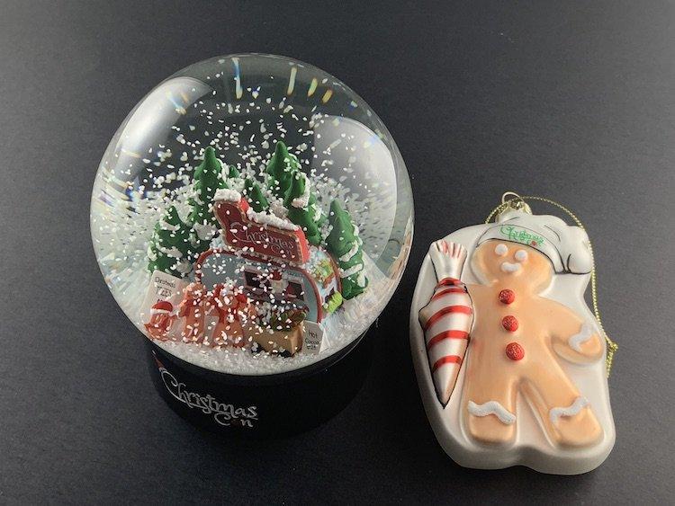 CHRISTMAS-CON-SNOW-GLOBE_6158